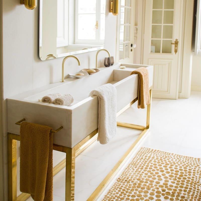 Badtextitlien von Abyss & Habidecor auf einem eleganten Waschbecken