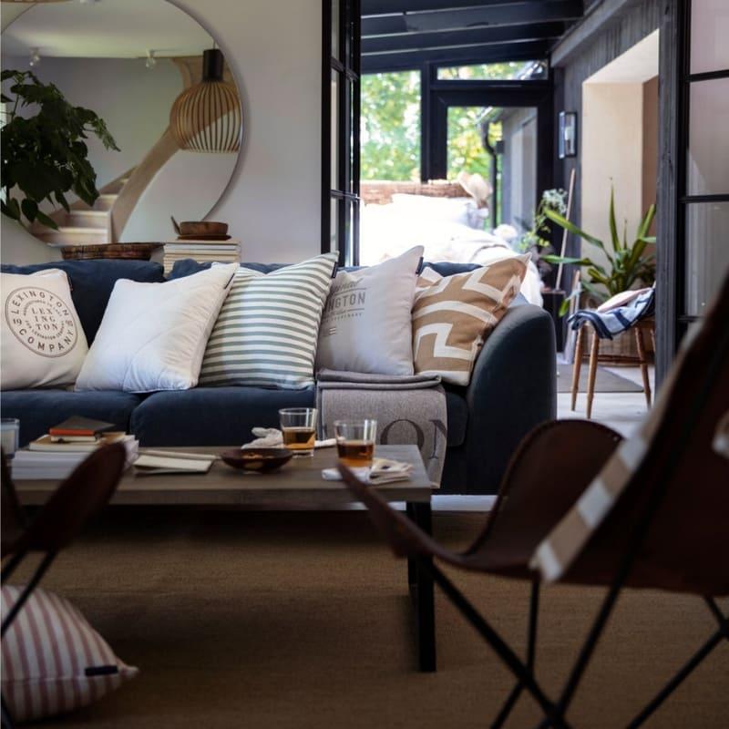 Gemütliches Wohnzimmer mit Wohntextilien von Lexington Company